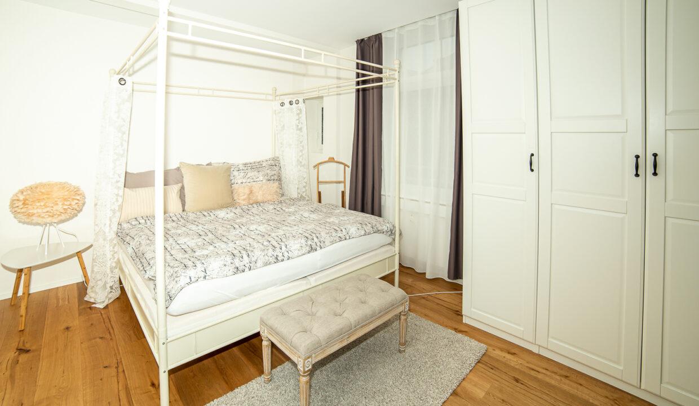 Schlafzimmer-mit-Doppelbett-web